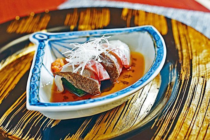 以本地石蚌及䱽魚造成前菜刺身,仙場師傅的刀功及熟成技巧是魚肉美味的關鍵。
