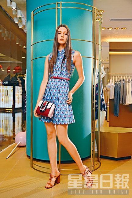 藍色印花圖案背心連身裙連紅色腰帶、粉紅拼紅色手袋、啡白色高跟涼鞋。