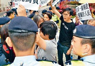 約十名社民連成員在酒店外抗議。