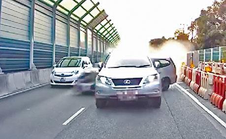 七人車逃避追捕,在粉嶺公路撞向其他車輛,釀成兩死六傷。