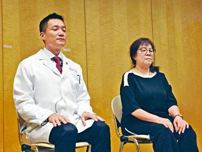 中大醫學院賽馬會公共衞生及基層醫療學院教授黃仰山及馮小姐一同展示「靜觀練習」。