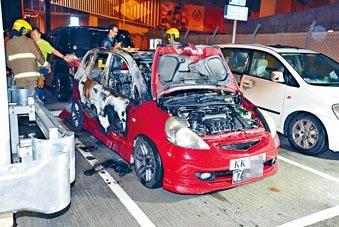 私家車被縱火焚毀。