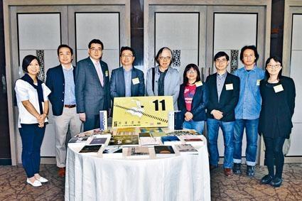 「第十一屆香港書獎」經由評審選出二十本入圍書籍,現已開始接受公眾投票。圖為部分出席發布會的評審及香港電台代表。