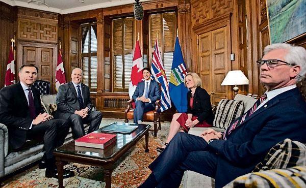 杜魯多(中)、諾特利(右二)、賀謹(左二)等會商輸油管問題。  加通社
