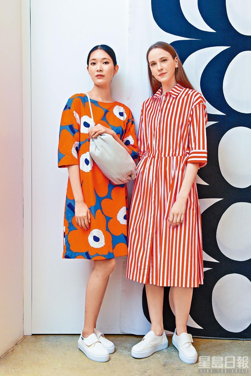 左/拼色Unikko連身裙、皮革束繩袋、白色Sneakers;右/橙白色Tasaraita條紋連身裙、白色Sneakers。