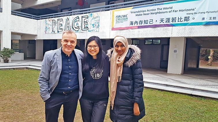 李寶椿聯合世界書院校長艾德華指,培訓學生入讀優秀的大學並非終點,希望他們將來成為對世界有影響力的人。