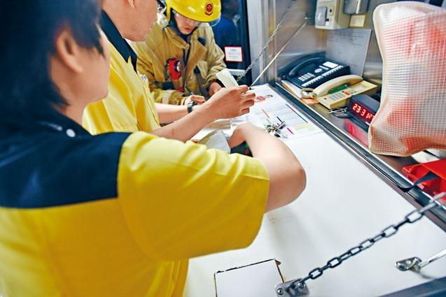 冒煙的iPhone 7 plus手機,由職員檢走等待處理。