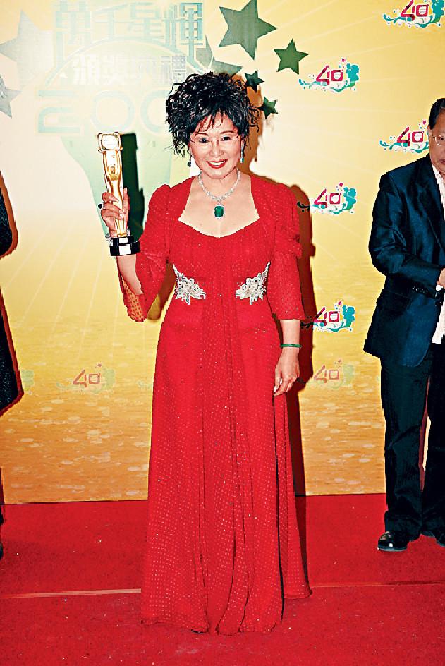 ■2007年,司棋姐重返TVB更憑《溏心風暴》攞視后,再創事業高峰。