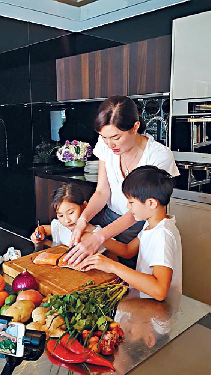 ■Danielle和子女一齊切三文魚,好溫馨。