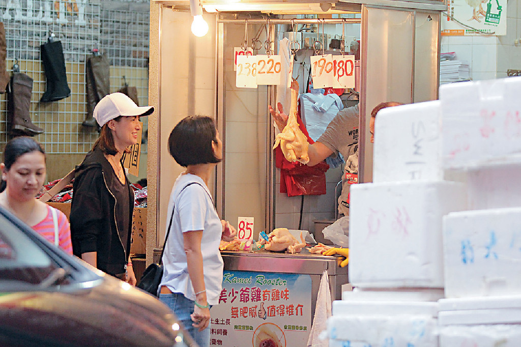 ■Danielle與經理人Chris買雞時有講有笑。