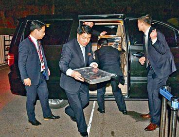 北韓保鏢上周五在板門店傳送麵食到峰會晚宴。