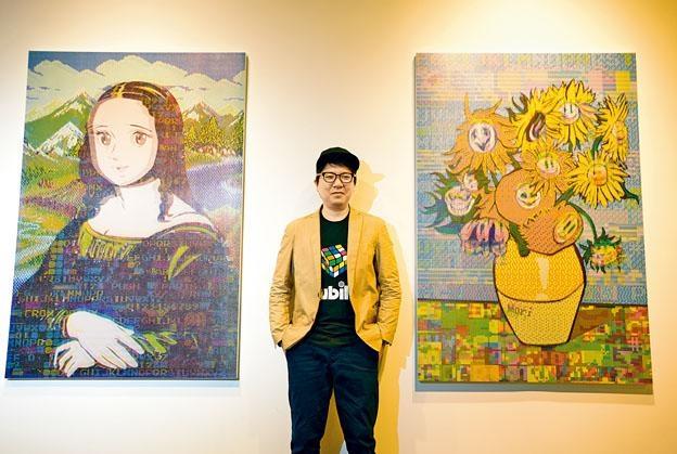 森洋史在新展覽中帶來十九幅作品,身旁兩幅是《Mona Lisa》和《Sunflowers》。