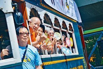 ■十多位長者義工登上電車,到各區宣揚關愛訊息。