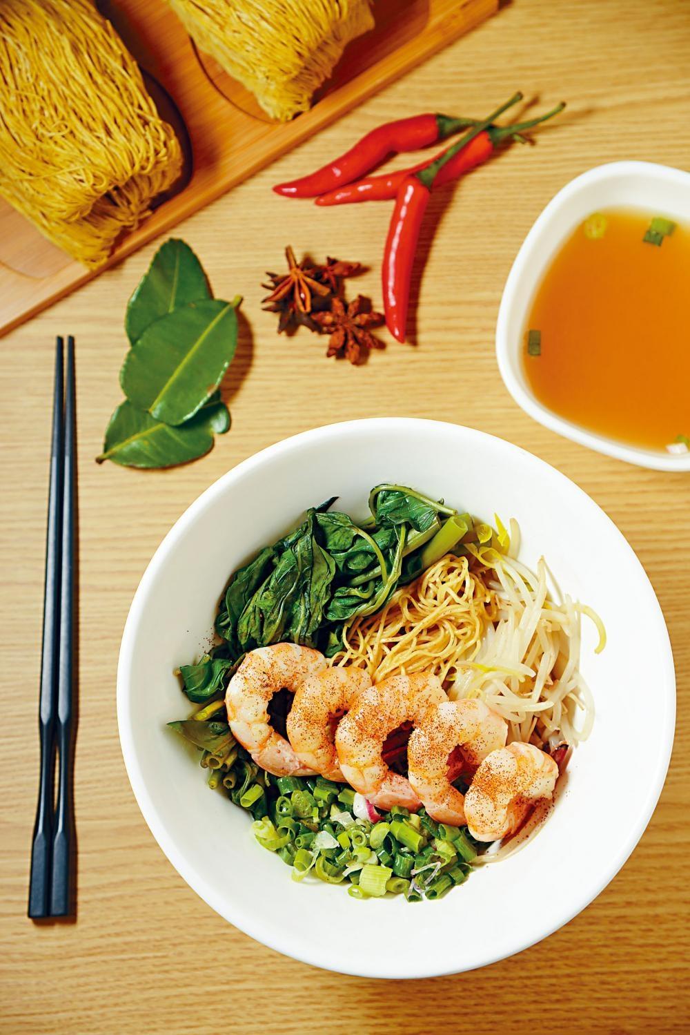 三蝦撈麵每箸麵都充滿蝦鮮味,碗裏除有蝦子、本地海蝦及蝦子麵,更淋上熱燙葱油,讓蝦香四溢。