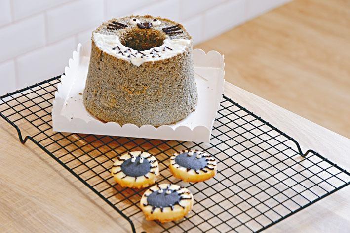 後/龍貓戚風蛋糕、前/KULOKULO黑球餅乾 ,分別以卡通龍貓及小黑球作造型的黑芝麻戚風蛋糕和竹炭餅乾,兩者難度屬中級「樂趣玩」,適合父母與孩子一同製作。