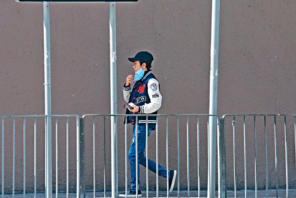 ■身材的骰好瘦嘅呂珊,穿上棒球褸、牛仔褲加cap帽,成個「O靚仔」咁。
