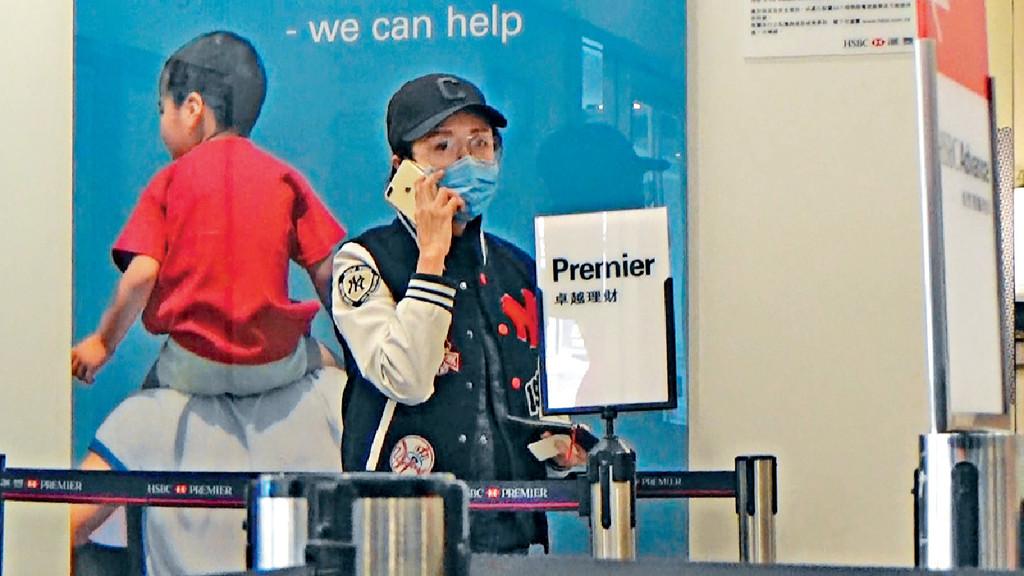 ■去銀行時,零妝呂珊專登戴番個口罩。