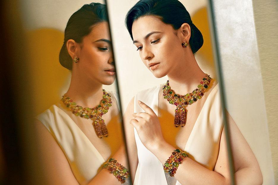 18K黃金項鏈、手鏈及耳環,鑲嵌了石榴石、碧璽、橄欖石、紅寶石及月長石等寶石,富層次的彩寶,貫徹品牌經典的Tutti Frutti系列的色彩美學。項鏈的吊墜更可拆下作胸針佩戴。