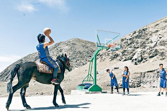 楊紫燁導演新作《仁多瑪》講述西藏高原居民跟隨美國青年打籃球。