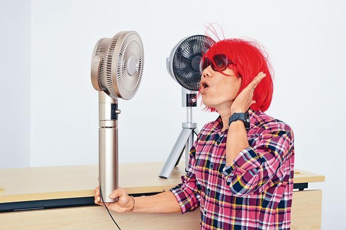 阿卓爸爸測試風扇,可看到風力不弱,更把頭髮吹亂。