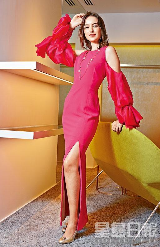 桃紅色露肩拼泡泡袖開衩晚裝長裙、綴寶石花飾的金色小牛皮高跟鞋、跟巴黎配飾品牌Moutton Collet合作設計的珍珠長項鏈(項鏈附可拆式珊瑚圖案吊飾)。