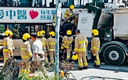 消防員拯救被困泥頭車司機。