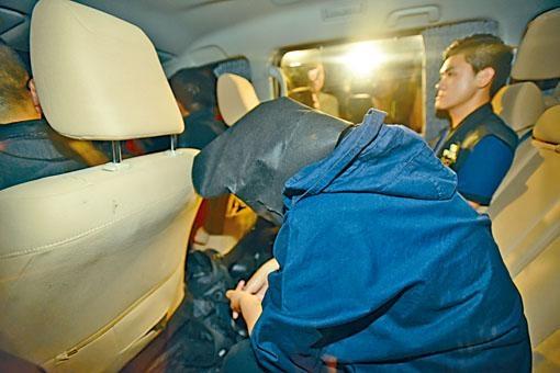 警方在半山豪宅押走一名女子。