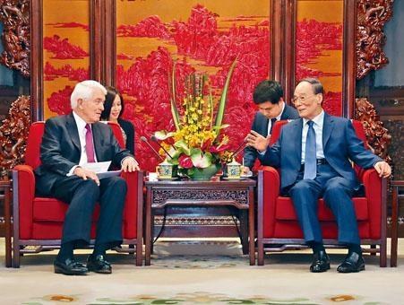 王岐山昨天在北京會見美國商界人士,呼籲通過對話解決貿易問題。