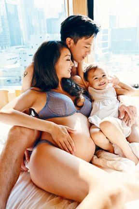 懷孕的Jessica C.與老公安志杰及大女Tessa,拍了一輯全家福。