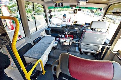 司機位旁放置木箱,疑供超額乘客乘坐。