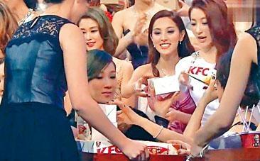 無電視在一五年十二月的《萬千星輝頒獎典禮》節目中,直播一眾藝員食用肯德基炸雞。