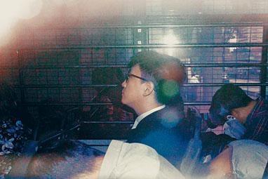 梁天琦由囚車押送出庭。