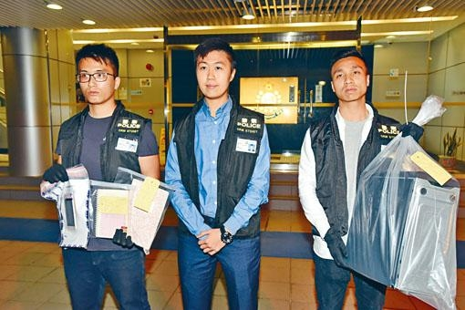 警方偵破演唱會門票逾百萬元詐騙案,展示女疑犯手機及電腦等證物。