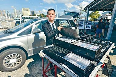 海關指揮官劉佑倫展示電池暗格。