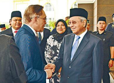 首相馬哈迪在皇宮門口迎接安華。