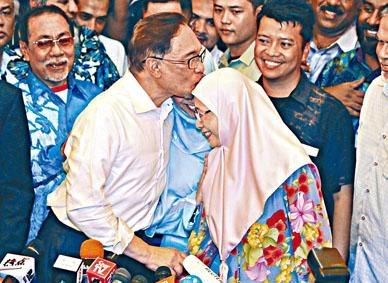 安華在記者會上親吻妻子旺阿茲莎。