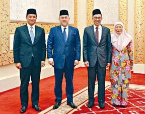 安華夫婦與最高元首穆罕默德五世(左二)在皇宮合照。