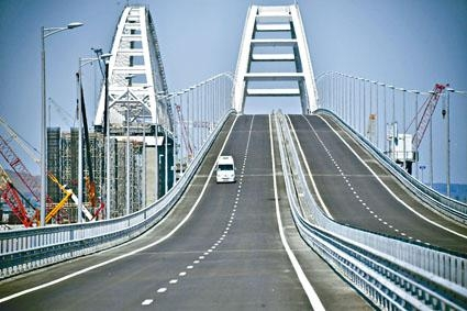 普京駕駛重型貨車駛過克里米亞大橋。