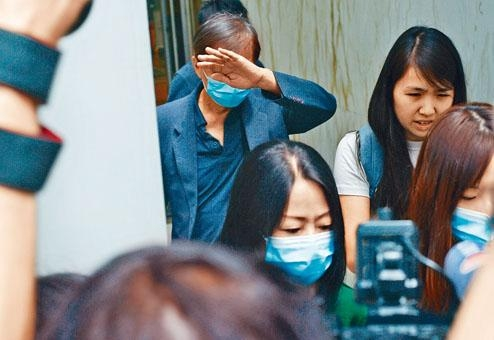 梁天琦父親及母親(戴口罩者)昨到庭。
