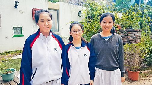 黃海嵐、倫美雪與鍾愷欣參加「青年地質保育大使」計畫,在學校推廣地質保育,更獲選到貴州考察。