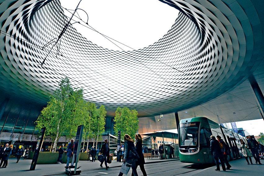 今年展館保持了巨型的圓形廣場布置,但加了大量綠色植物。