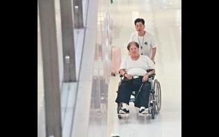 膝患未瘉 美魔妻陪出街鬆骨 66歲洪金寶坐輪椅歎啡