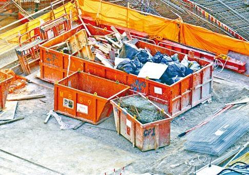 明華大廈地盤內,疑一批鋼筋被棄置。
