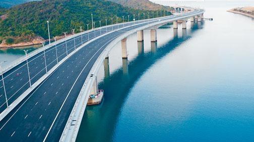 ■香港出發的旅客要乘車到港方口岸人工島,辦理出境手續後才上穿梭巴士。