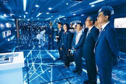 ■財爺陳茂波(右二)參觀貴州大數據綜合試驗區展示中心。