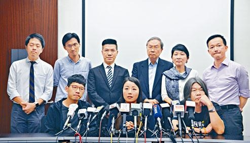 劉小麗(前排中)以審訊排期太遲為由,宣布撤回DQ案上訴。