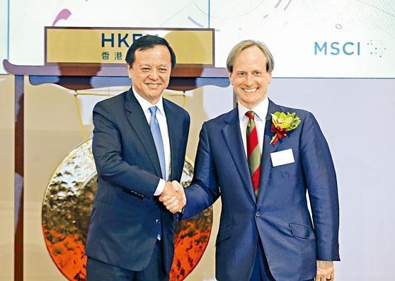 A股昨日正式「入摩」,港交所行政總裁李小加與MSCI明晟總裁Baer Pettit昨主持開市儀式。