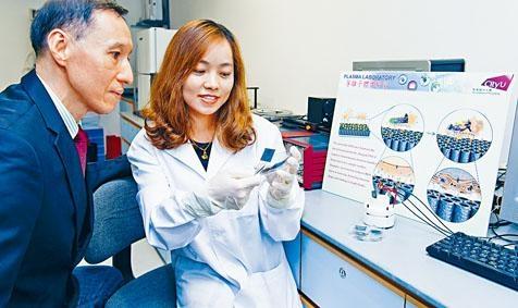 城大教授朱劍豪和博士研究生王國敏,研發出以「電容塗層」殺菌,可助減低病人術後感染風險。