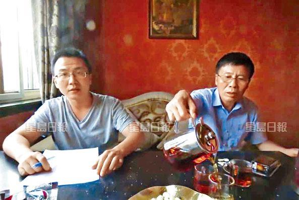 ■在家鄉的父親及弟弟(左)對唐琳玲因涉嫌在港法庭內拍照遇上官非,坦言非常擔憂。