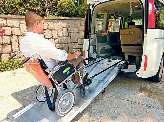 ●車尾設置斜台,加上電動索引裝置,方便輪椅便用者出入。